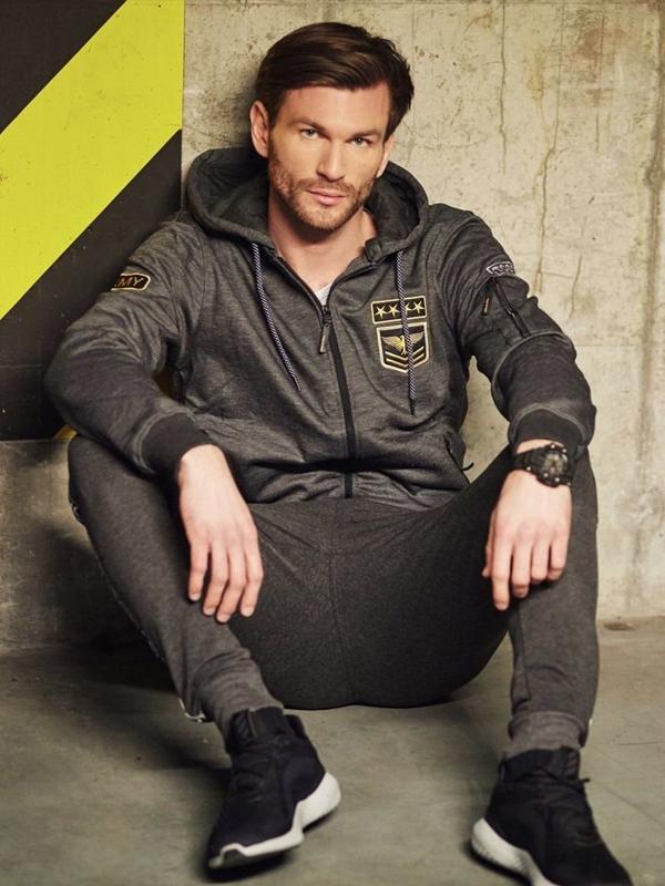 Stylizacja nr 409 - zegarek, rozpinana bluza z kapturem, longsleeve basic, spodnie joggery