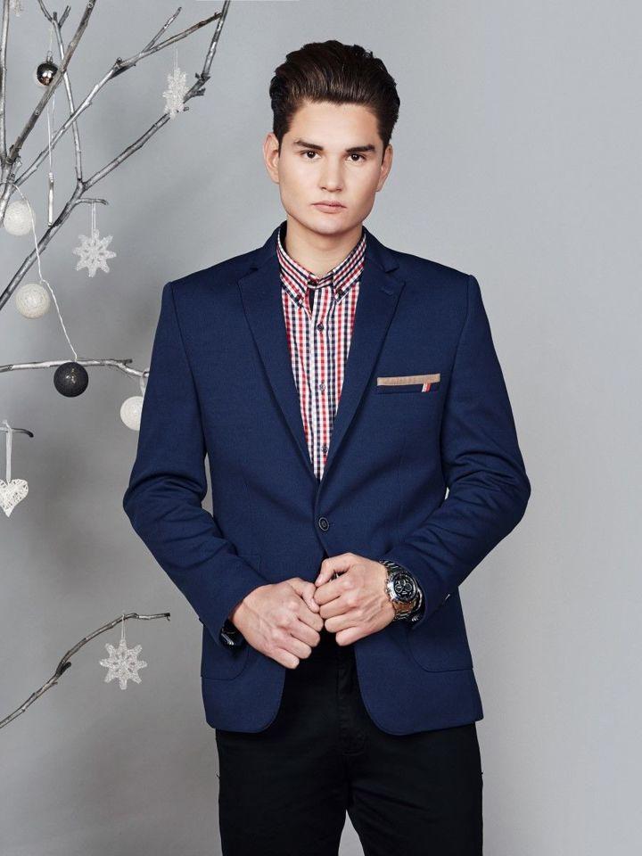 czarne spodnie i niebieska koszula w krate