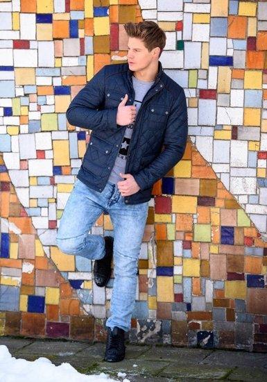 Stylizacja nr 150 - kurtka zimowa, longsleeve z nadrukiem, spodnie jeansowe, buty sneakersy