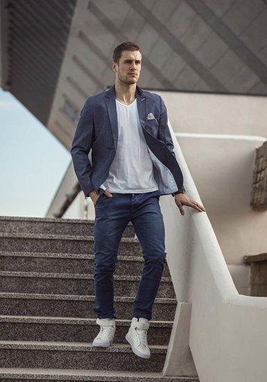 Stylizacja nr 189 - marynarka casualowa, T-shirt bez nadruku, spodnie chinosy, buty sneakersy