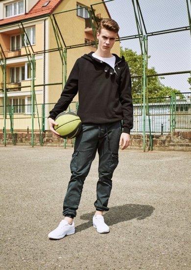 Stylizacja nr 8 - bluza z kapturem, T-shirt, spodnie joggery, buty