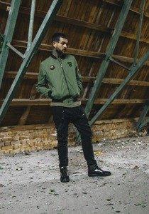 Stylizacja nr 184 - kurtka bomberka, bluza z nadrukiem, spodnie baggy, buty sneakersy